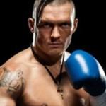 Усик нокаутировал Брюера в первом титульном бою в карьере